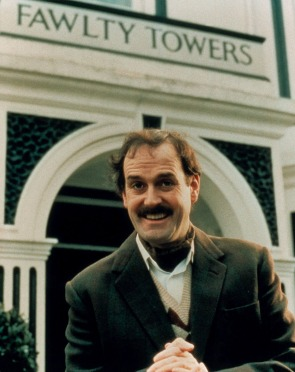 BP88M3 JOHN CLEESE BASIL FAWLTY FAWLTY TOWERS (1975)